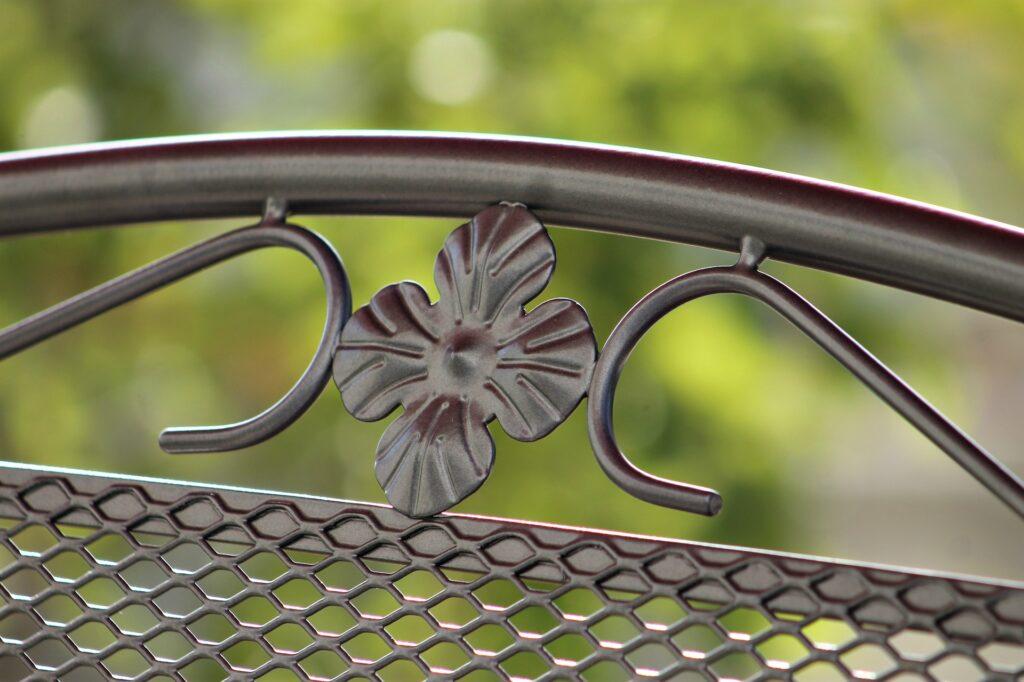 Muebles de Hierro para el Jardín. Ventajas y Cuidados Específicos.